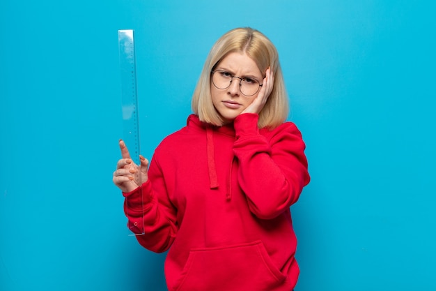 Blonde vrouw die zich verveeld, gefrustreerd en slaperig voelt na een vermoeiende