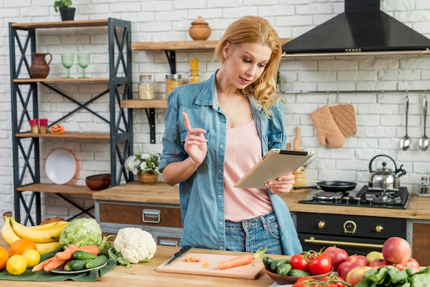 Blonde vrouw in de keuken