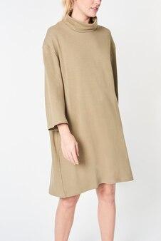 Blonde vrouw in een beige jurk met polohals