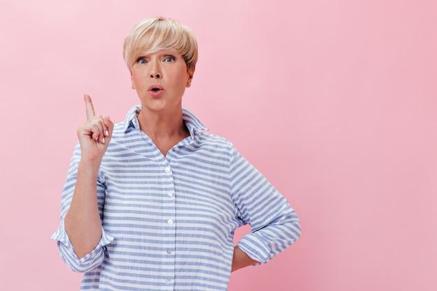 Blonde vrouw in geruite outfit heeft een cool idee