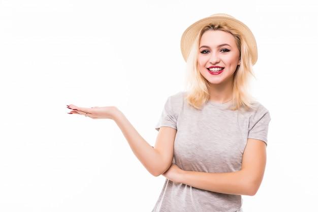 Blonde vrouw in retrohat houdt haar rechterarm in de lucht