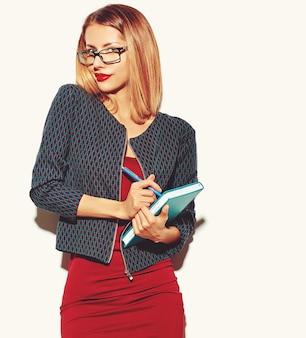 Blonde vrouw meisje in een rode jurk met een bril
