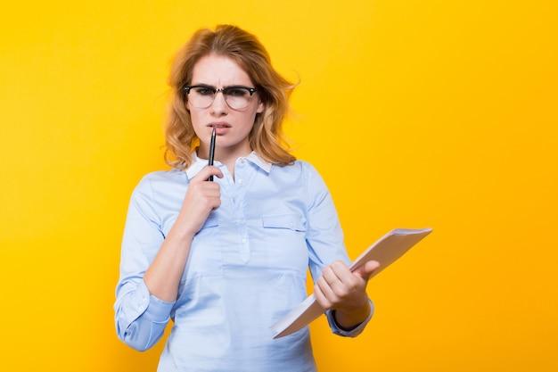 Blonde vrouw met blanco papier en pen