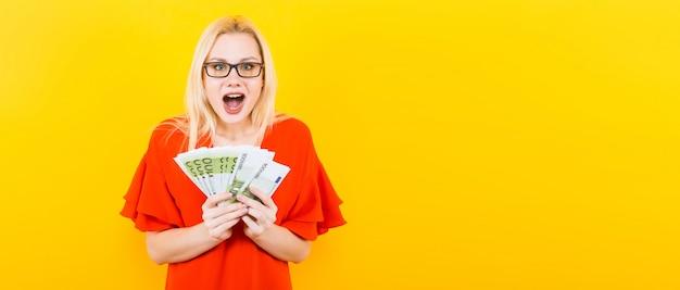 Blonde vrouw met contant geld