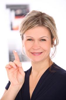 Blonde vrouw met een rode blouse in haar handen