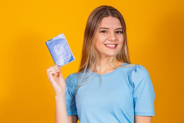 Blonde vrouw met een werkkaart en sociale zekerheid (werkkaart en sociale zekerheid)
