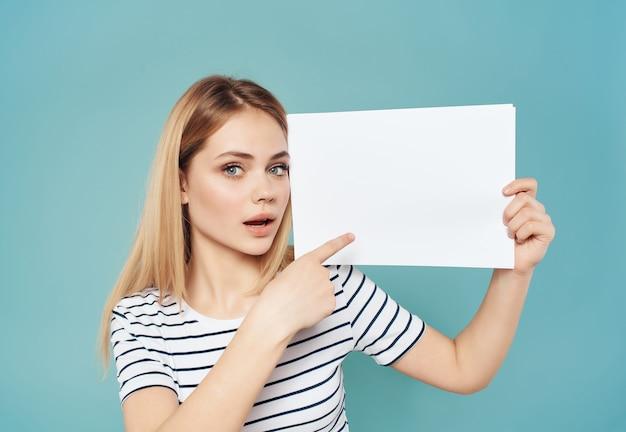Blonde vrouw met een wit vel in de hand banner geïsoleerde background
