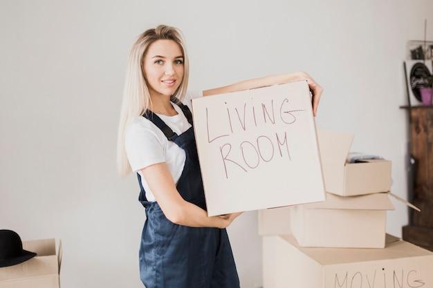 Blonde vrouw met kartonnen doos