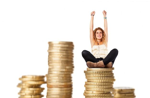 Blonde vrouw met kolommen van munten