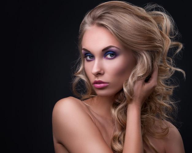 Blonde vrouw met krullend haar