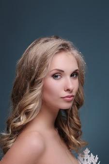 Blonde vrouw met krullend kapsel