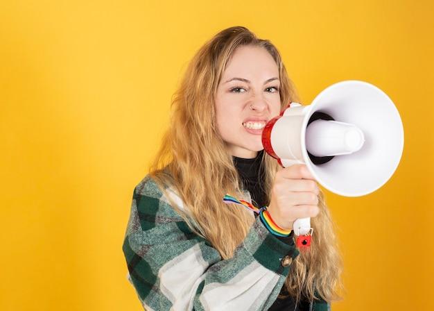 Blonde vrouw met megafoon en gay pride-vlag