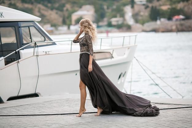 Blonde vrouw met mooie lange benen in een jachthaven