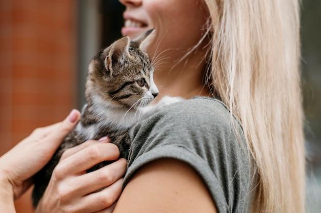 Blonde vrouw met schattige kleine kat