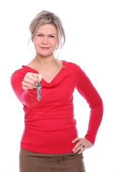 Blonde vrouw met sleutels