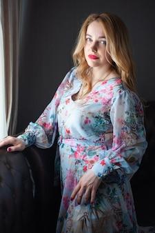 Blonde vrouw portret in de zomerjurk