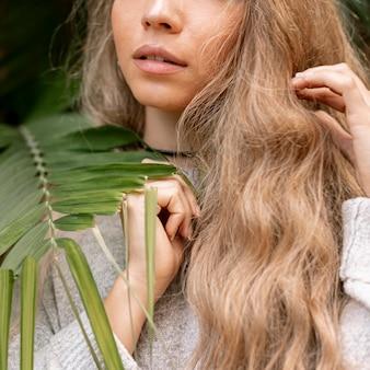 Blonde vrouw poseren close-up
