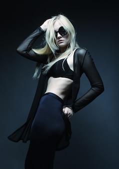 Blonde vrouw poseren in zwarte lingerie