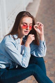 Blonde vrouw poseren mode met zonnebril
