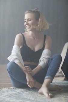 Blonde vrouw poseren