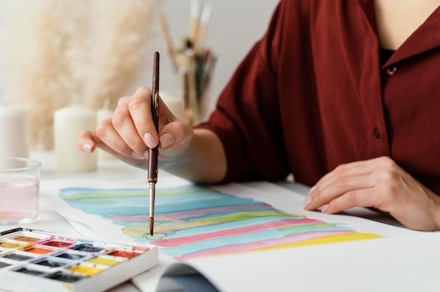 Blonde vrouw schilderen met aquarellen