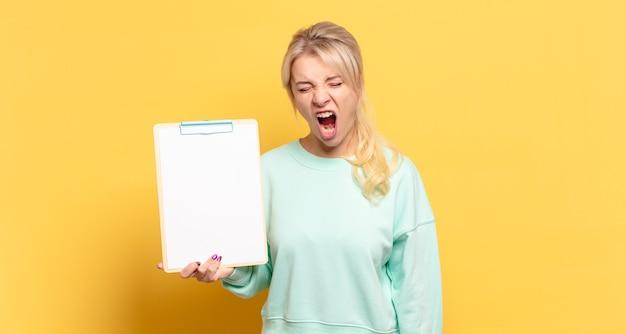Blonde vrouw schreeuwt agressief, kijkt erg boos, gefrustreerd, verontwaardigd of geïrriteerd, schreeuwt nee