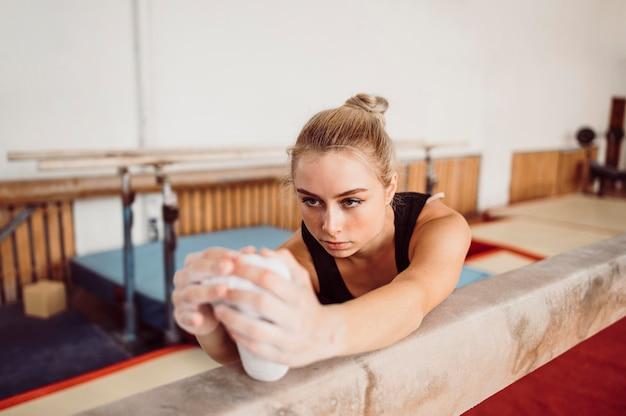 Blonde vrouw training op evenwichtsbalk