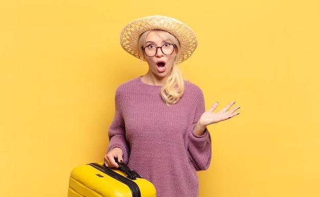 Blonde vrouw voelt zich extreem geschokt en verrast, angstig en in paniek, met een gestresste en geschokte blik