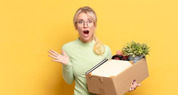 Blonde vrouw voelt zich extreem geschokt en verrast, angstig en in paniek, met een gestreste en geschokte blik
