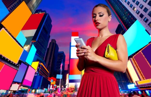 Blonde vrouwenpraatje het schrijven smartphone in nyc