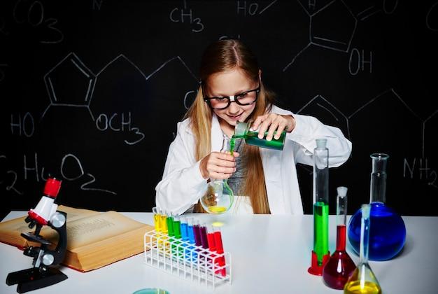 Blonde wetenschapper doet een experiment