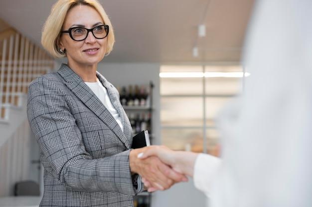 Blonde zakenvrouw aan het werk
