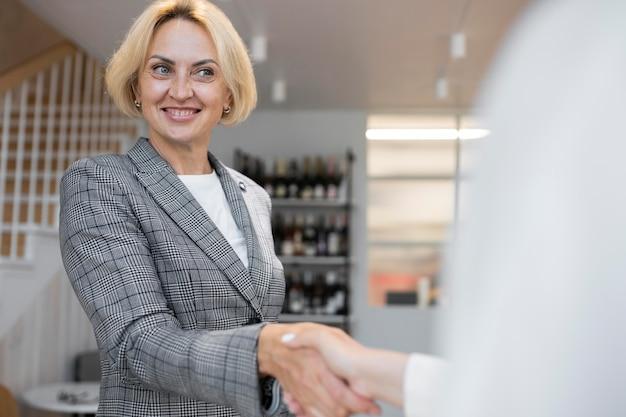 Blonde zakenvrouw op het werk