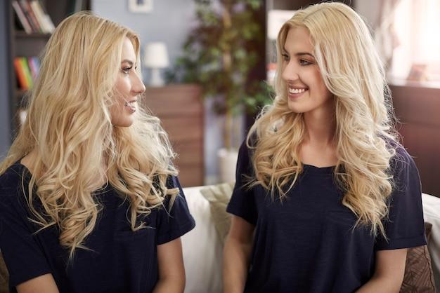 Blonde zusjes tijdens het praatje