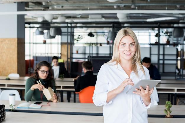 Blondeonderneemster posing in office