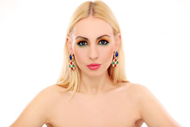 Blondevrouw die haar leuke gekleurde blik tonen