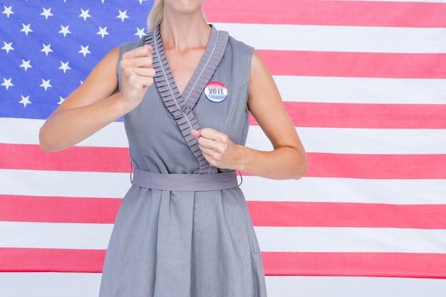 Blondevrouw die voor verkiezingscampagne motiveren