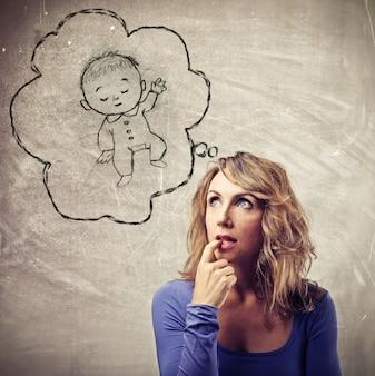 Blondevrouw die zich over een baby benieuwd zijn