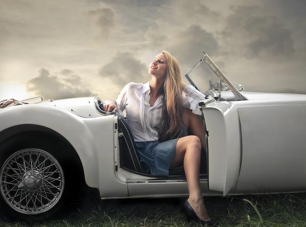 Blondevrouw in cabriolet