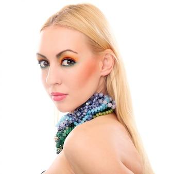 Blondevrouw met halsband die haar leuke gekleurde blik tonen