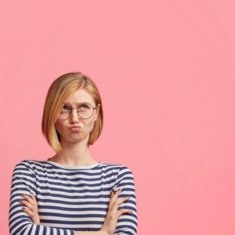 Blondevrouw met ronde bril en gestreepte blouse