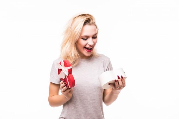 Blondie vrouw is blij om een rijk geschenk te vinden in een geschenkdoos