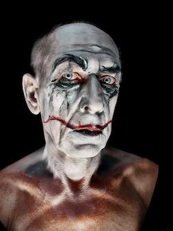 Bloody halloween-thema: het gekke maniak-gezicht op een donkere studio