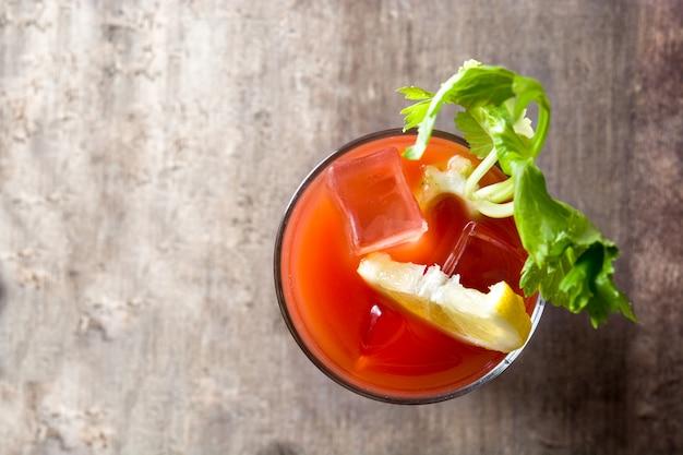 Bloody mary-cocktail in glas op houten lijst copyspace