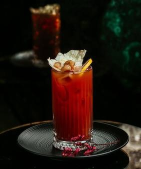 Bloody mary-cocktail met citroen, groene olijven en tomatensaus.
