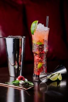 Bloody mary-cocktail met tomatensaus, munt, limoen en kruiden.