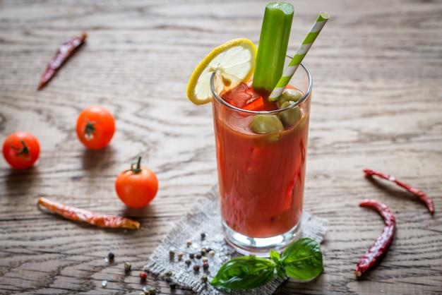 Bloody mary-cocktail op de houten achtergrond