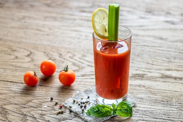 Bloody mary cocktail op de houten tafel