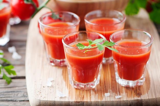 Bloody mary cocktails op de houten tafel
