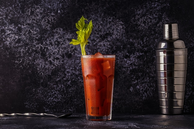 Bloody mary op een donkere achtergrond